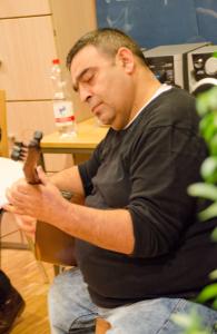 Imam Özgül spielt auf der saz © Kiezlesereise
